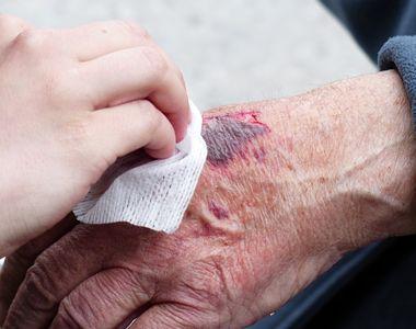 O femeie fost a snopită în bătaie cu o bâtă într-o stație de autobuz