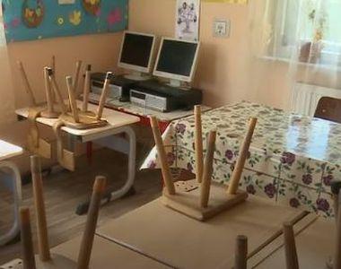 Incredibil! Copiii învață într-o sală de clasă amenajată în casa unui vecin