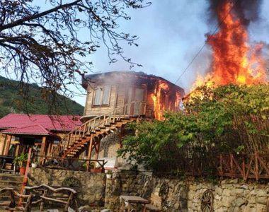 """Cabana ,,7 Brazi"""" din Oravița, mistuită de flăcări"""