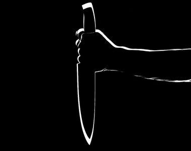Femeie înjunghiată pe stradă de un bărbat, agresorul este căutat