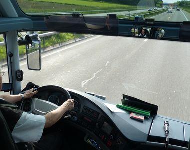 Şoferul unui microbuz şcolar, prins băut la volan! Poliţiştii i-au suspendat dreptul de...