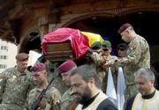 VIDEO | Ceremonie impresionantă pentru militarul român mort în Afganistan. Sute de persoane l-au condus pe ultimul drum