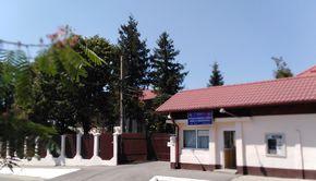 Măsuri crâncene la spitalul din Săpoca după crimele lui Nicolae Lungu! Pacienții sunt izolați acum cu garduri pe care s-a întins sârmă ghimpată FOTO EXCLUSIV