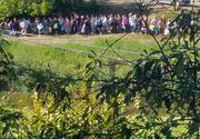 Coadă de zeci de persoane la un izvor din Onești după ce locuitorii au rămas complet fără apă