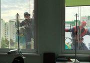 Eroi la geamurile unui Centru de Oncologie Pediatrică pentru copii. Zâmbete de pe patul de spital