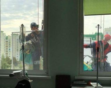 Eroi la geamurile unui Centru de Oncologie Pediatrică pentru copii. Zâmbete de pe patul...