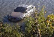 Accident uimitor provocat de o șoferiță. A zburat cu BMW-ul peste mal și a ajuns în iaz