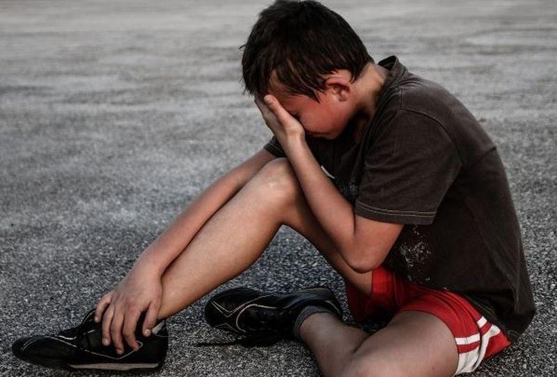 Povestea cutremurătoare a unui elev de 11 ani. Are mâna ruptă după ce a fost bătut și batjocorit de colegii săi