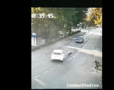 O tânără care conducea o trotinetă electrică, rănită după ce a intrat într-o...
