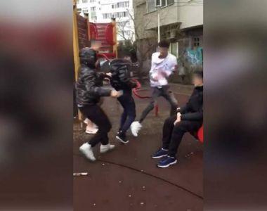 Adolescent bătut cu sălbăticie de trei băieți într-un parc din București