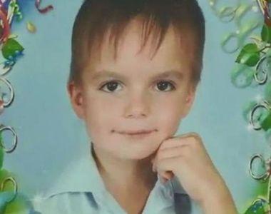 Anton, un băiețel în vârstă de 8 ani, s-a aruncat de la etaj pentru a scăpa de...