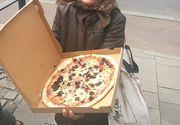 Povestea emoționantă din spatele acestei fotografii cu o bătrână care ține o pizza în mână