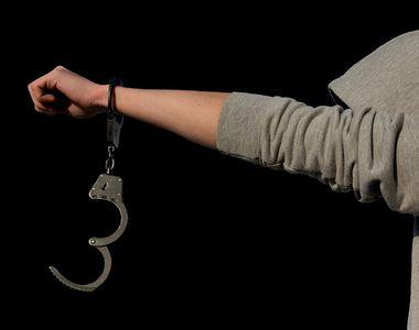 Polițist reținut pentru agresiune sexuală. Victima ar fi fost abuzată chiar în mașina...
