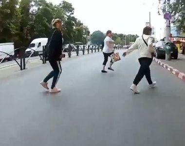 Imagini halucinante în București! Un bărbat pe scuter filmează cum spulberă o femeie...