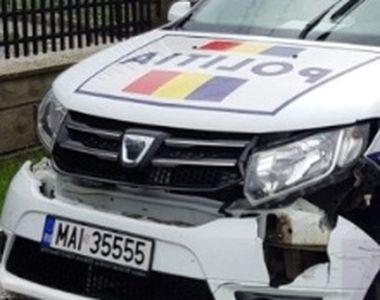 Mașină de poliție implicată într-un accident rutier. Două persoane au fost rănite