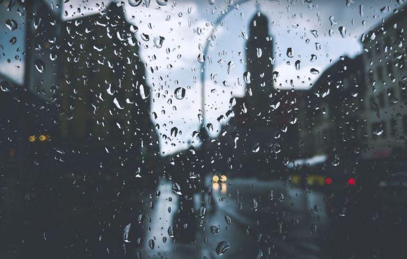 Femeie în stare gravă după ce a stat ore la rând în ploaie și a făcut hipotermie