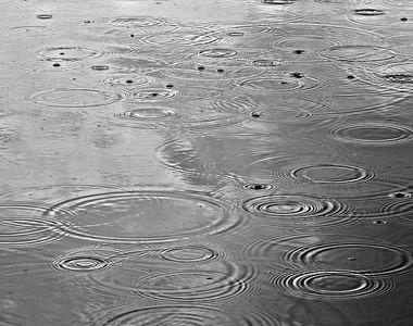 Femeie în stare gravă după ce a stat ore în șir în ploaie și a făcut hipotermie