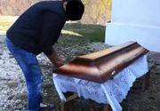 Situație înfiorătoare în Brașov. Un pacient fără familie al Spitalului de Psihiatrie a fost îngropat dezbrăcat, într-un sac de plastic