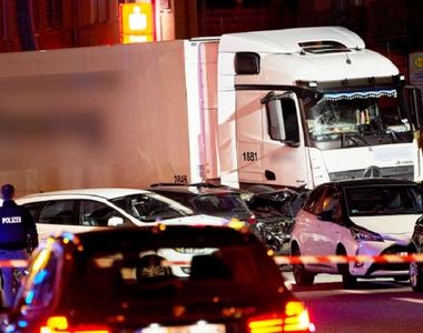 Un bărbat fură un camion şi loveşte mai multe maşini în vestul Germaniei, în faţa...