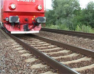 O femeie de 34 de ani s-a aruncat în faţa trenului, în Prahova. A murit pe loc