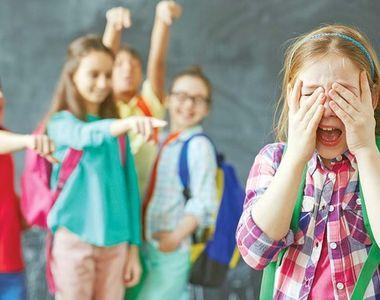 ȘOCANT! Imaginile groazei! Cum umilește un copil de 7 ani o fostă vânzătoare, devenită...
