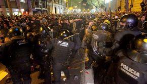 Protestatarii din Barcelona nemulţumiţi de condamnarea liderilor separatişti catalani au incendiat miercuri maşini şi au aruncat cu sticle cu benzină în poliţişti, escaladând astfel violenţele