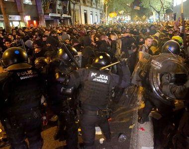 Protestatarii din Barcelona nemulţumiţi de condamnarea liderilor separatişti catalani...