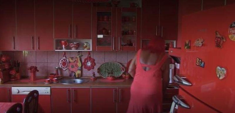 Povestea uimitoare a unei femei care se îmbracă, trăieşte, mănâncă, doarme doar în roşu. Și-a comandat cruce de mormânt roșie