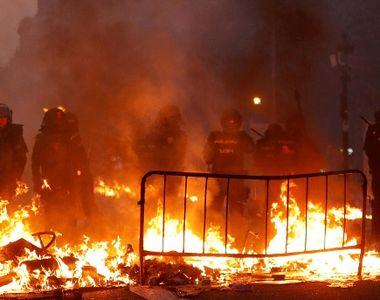 DEZASTRU NAȚIONAL! Proteste extrem de VIOLENTE! 207 agenţi răniţi, mai mult de 120 de...
