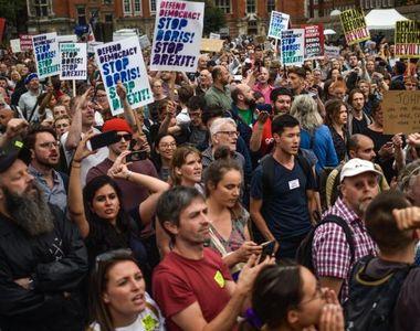 Zeci de mii de oameni au ieşit în stradă la Londra pentru a cere încă un referendum cu...