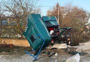 Accident de proporții in curbă. Cabină de TIR ruptă, răsturnată şi distrusă, în Suceava