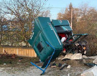 Accident de proporții în Suceava. Cabina unui TIR s-a rupt în două