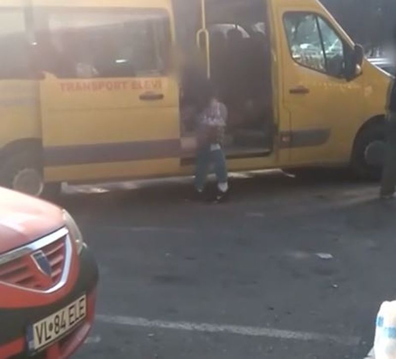 Caz incredibil la Vâlcea - Microbuz școlar plin de navete cu bere