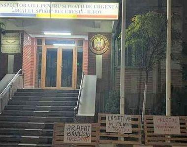 """Proteste în faţa sediului ISU Bucureşti-Ilfov: """"Cerem demiterea din funcţie a lui..."""
