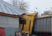 VIDEO | Un șofer neatent a intrat cu camionul într-o casă. Care a fost norocul proprietarilor locuinței