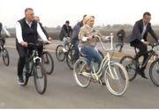Viorica Dăncilă, pe bicicletă, în vizita la şantierul centurii Bacăului