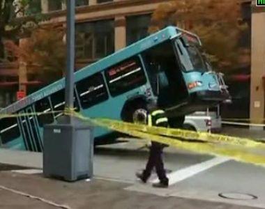 VIDEO | Autobuz înghițit de asfalt. Pasagerii au trăit clipe de groază