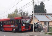Un autobuz cu 14 persoane la bord a lovit un autoturism parcat, după explozia unui pneu; două persoane care se aflau lângă maşină au fost rănite
