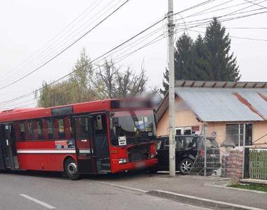 Un autobuz cu 14 persoane la bord a lovit un autoturism parcat, după explozia unui...