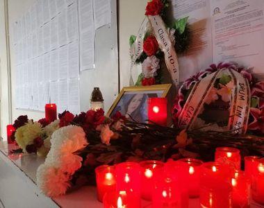 Liceul unde a învățat Ștefania, un adevărat altar de lumânări și flori