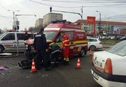 O ambulanţă care transporta la spital o mamă și pe beblușul acesteia, lovită în plin de un șofer beat