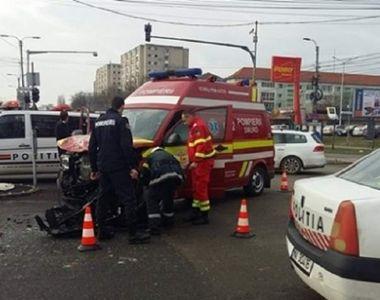 O ambulanţă care transporta la spital o mamă și pe beblușul acesteia, lovită în plin de...