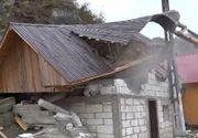 VIDEO | Casă ridicată ilegal, demolată cu scandal. Jandarmii au intervenit