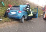 Accident devastator: o tânără a zburat cu maşina pe carosabilul umed şi s-a înfipt într-o autoutilitară