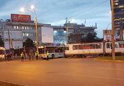 Un tramvai a intrat într-un autobuz, în Bucureşti, luni de dimineaţă