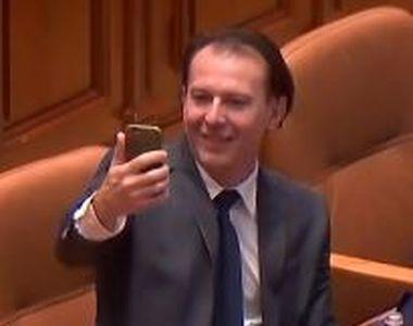 Selfie-uri în Parlament. Ministrul Finanțelor dă startul