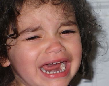 Copilă de 2 ani bătută, jignită și batjocorită într-o creșă din Piatra Neamț
