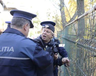 """Incident în fața locuinței lui Ion Iliescu. Protestatarul """"Ceaușescu"""" a fost ridicat de..."""