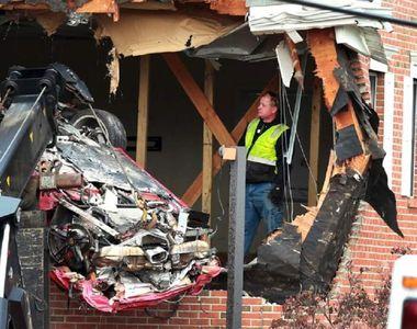 O mașină de lux a ieşit  de pe şosea şi a aterizat la etajul unei vile. Doi oameni au...