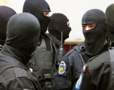 Poliţiştii au ridicat zeci de kilograme de droguri, opt arme şi au instituit măsuri...